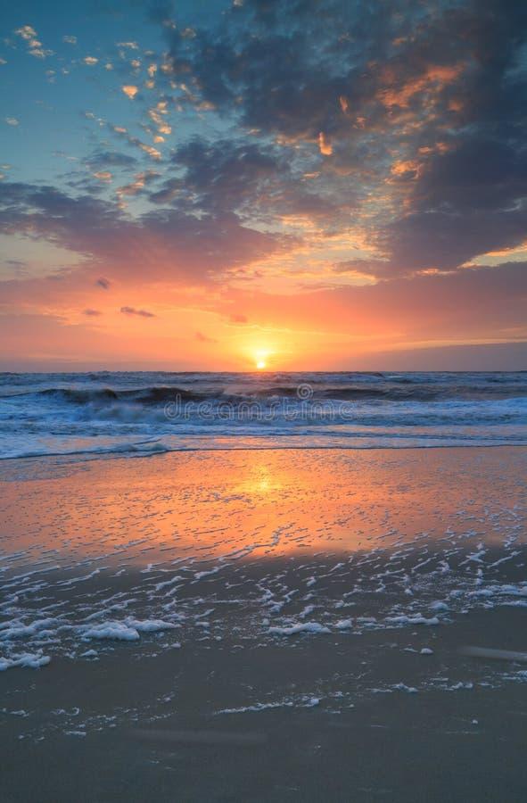 Прибрежная вертикаль восхода солнца Атлантического океана предпосылки стоковое изображение