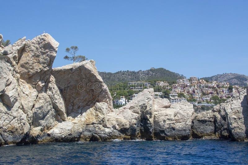 Прибрежная деревня утесов в море Мальорка расстояния стоковое изображение rf