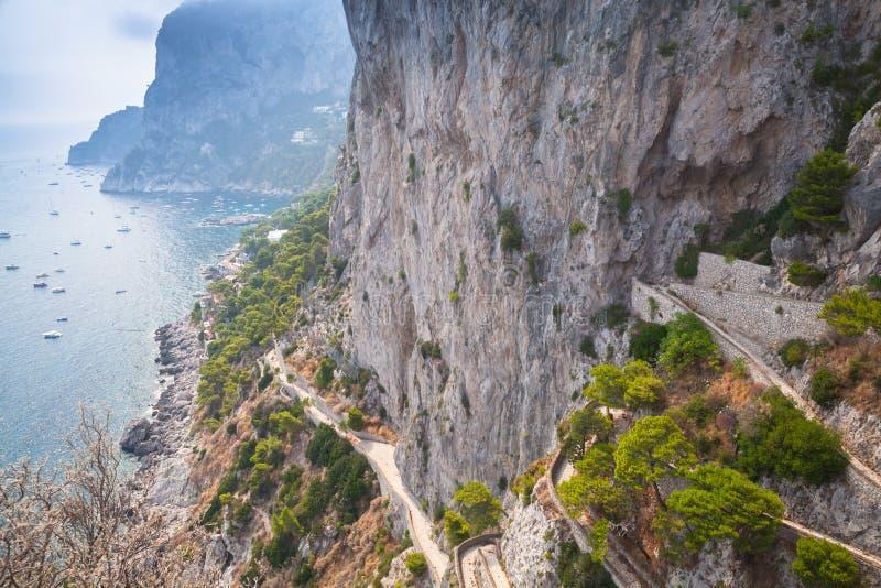 Download Прибрежная дорога горы на утесах острова Капри Стоковое Изображение - изображение насчитывающей capri, никто: 81800135