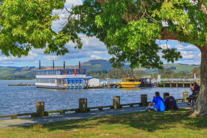 Прибрежная полоса озера Rotorua, Новой Зеландии, с туристскими шлюпками стоковые фото