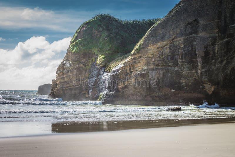 Прибрежная скала противостоит где земля встречает море стоковые изображения