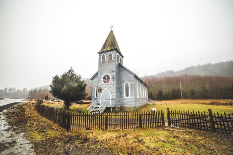 Прибрежная церковь в дожде зимы стоковые изображения