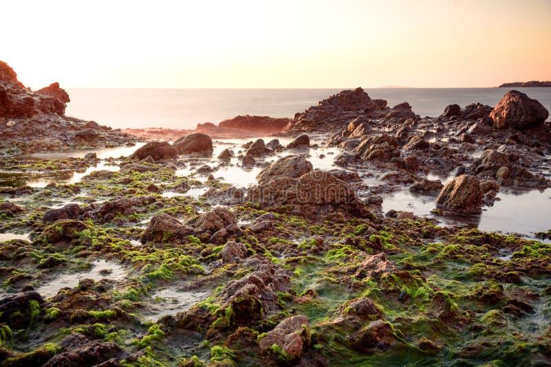 Прибрежное волшебство с шелковистым приглаживает волны стоковые фотографии rf