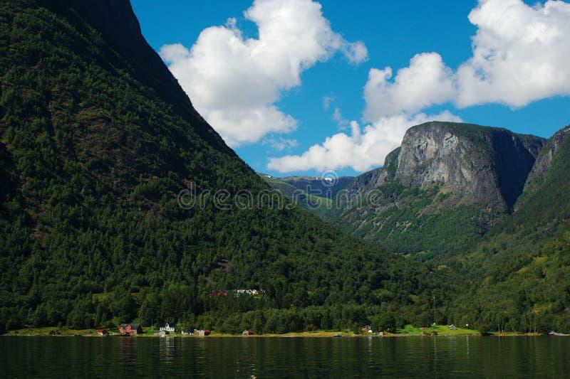 прибрежное село naeroyfjord стоковое фото