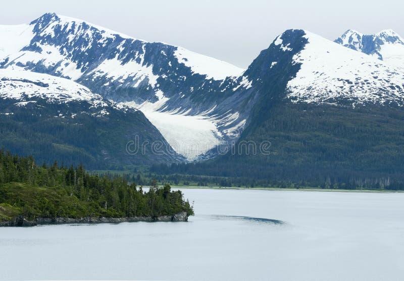 Прибрежные горы в Prince William Sound около фьорда коллежа стоковое фото rf