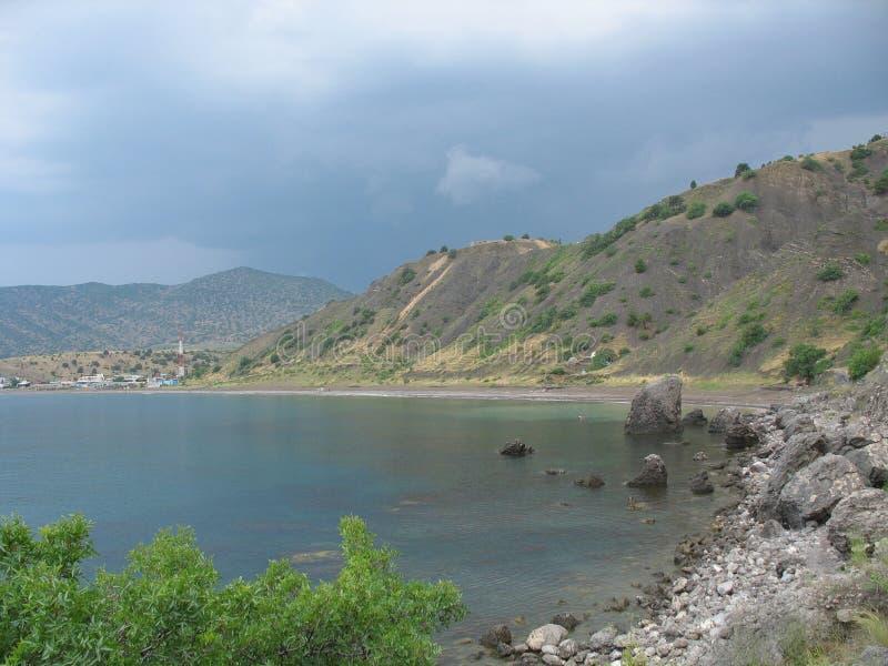 Прибрежные скалы, береговая линия, скалистый берег, взгляд от моря стоковая фотография