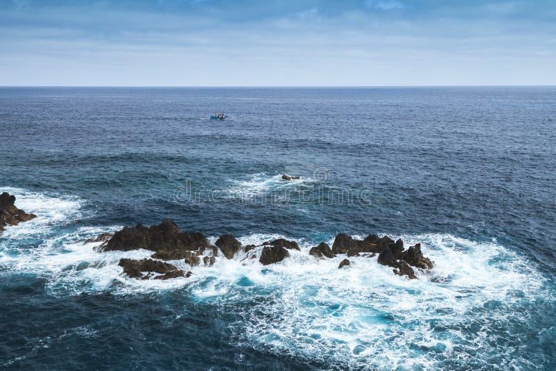 Прибрежные утесы в воде океана moniz porto стоковая фотография rf