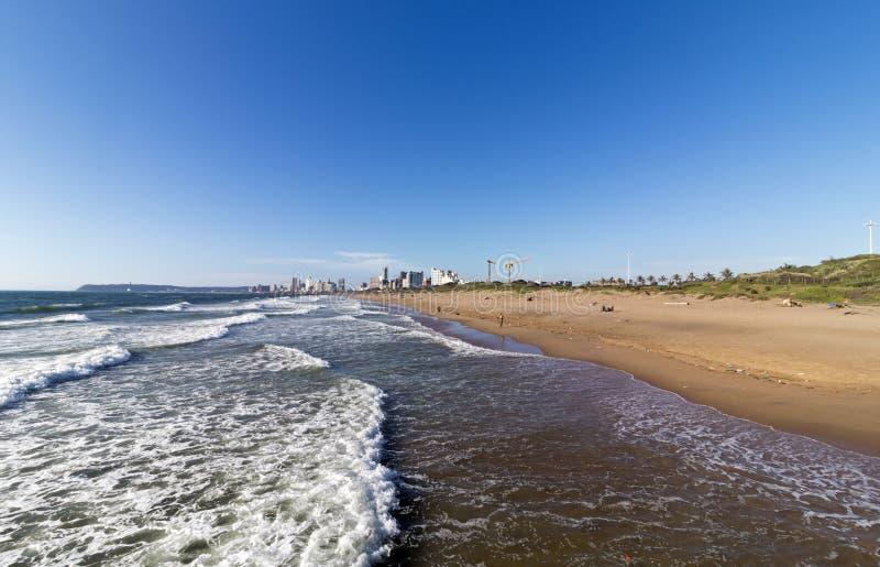 Прибрежный ландшафт волн ломая на бечевнике Южной Африке стоковые изображения rf