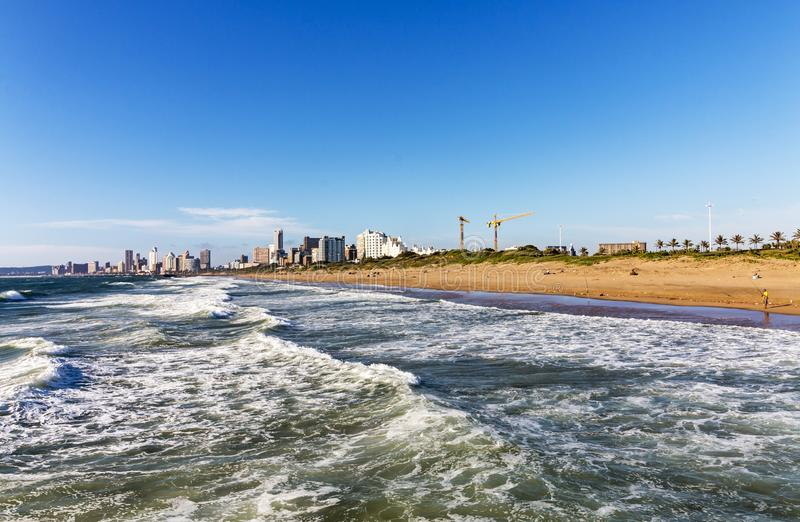 Прибрежный ландшафт волн ломая на бечевнике стоковые изображения