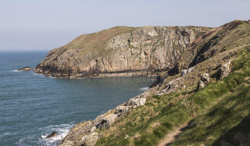 Прибрежный путь на церков ` s St. Patrick на северном Anglesey, Уэльсе, Великобритании стоковые фото