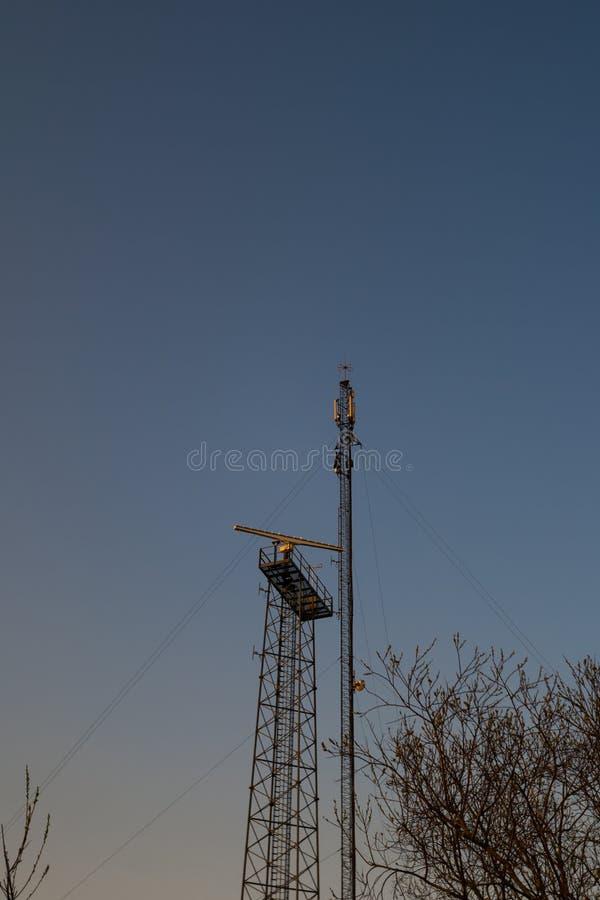 Прибрежный штендер радиолокатора пляжа во время захода солнца в европейской стране Латвии стоковое фото rf