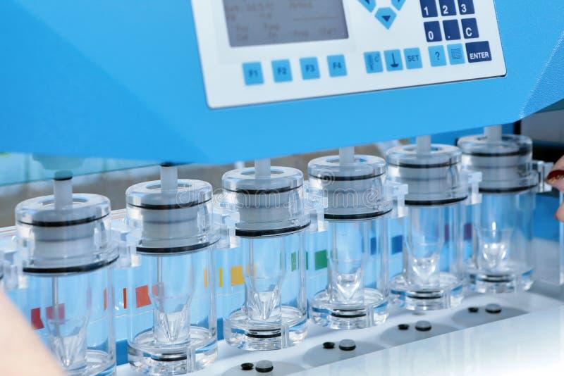 Приведение в исполнение точной исследует в pharmaceutics Ручная система Продукция и анализ таблеток стоковые фото