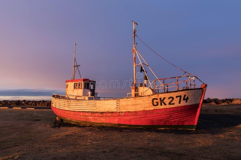 Приведенная рыбацкая лодка на Gardur, полуострове Midnes, Исландии стоковые изображения rf