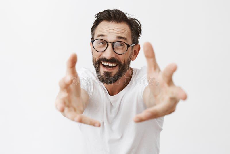 Приведенный к мне дорогому Портрет очаровывая возбуженной и счастливой зрелой мужской модели с бородой в ультрамодных стеклах и в стоковая фотография