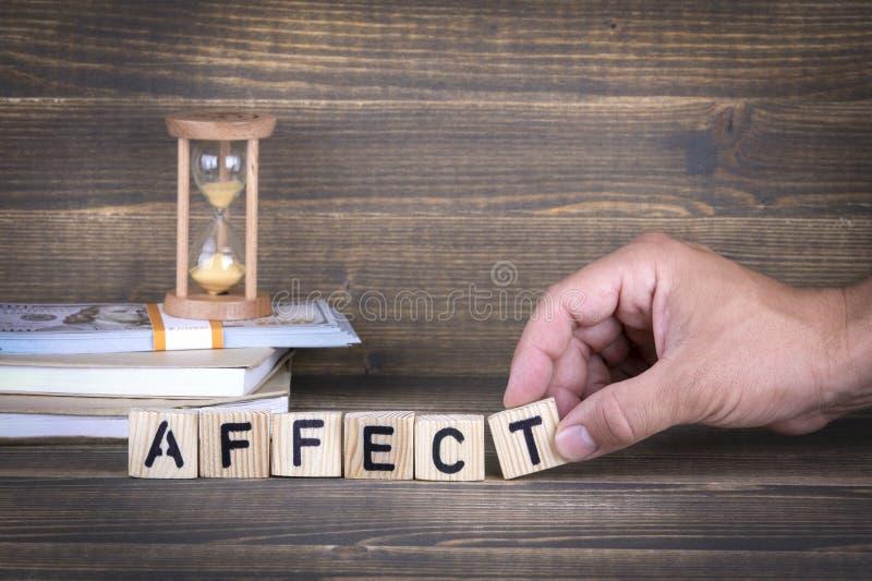 приветливой Деревянные письма на столе офиса стоковые фотографии rf