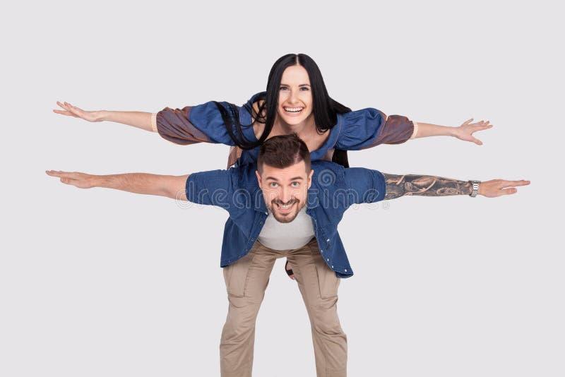 Приветственное восклицание полнометражного фото размера тела в стиле фанк она ее он он его крылья парня дамы претендует езду авто стоковые изображения