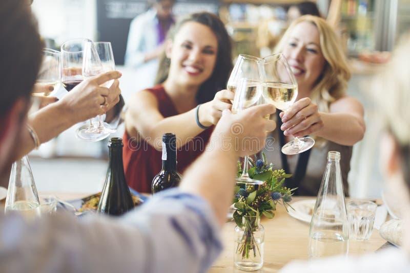 Приветственные восклицания партии друзей наслаждаясь концепцией еды стоковые фотографии rf