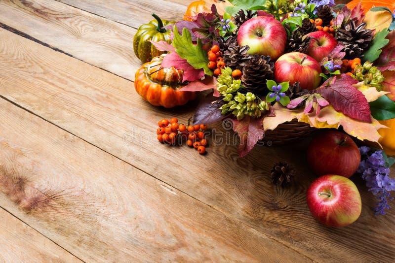 Приветствие благодарения или падения с яблоками, ягодами рябины, экземпляром s стоковое фото rf