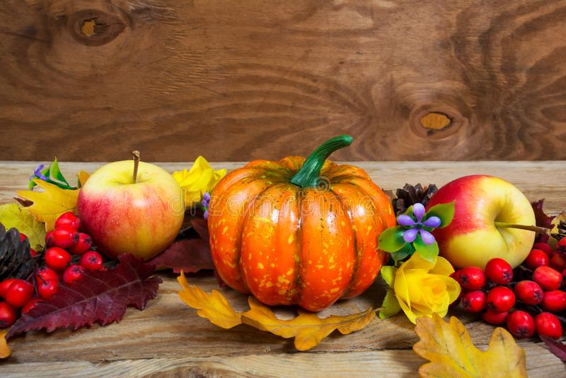Приветствие благодарения с тыквой, яблоком, цветками сирени и строкой стоковые фото