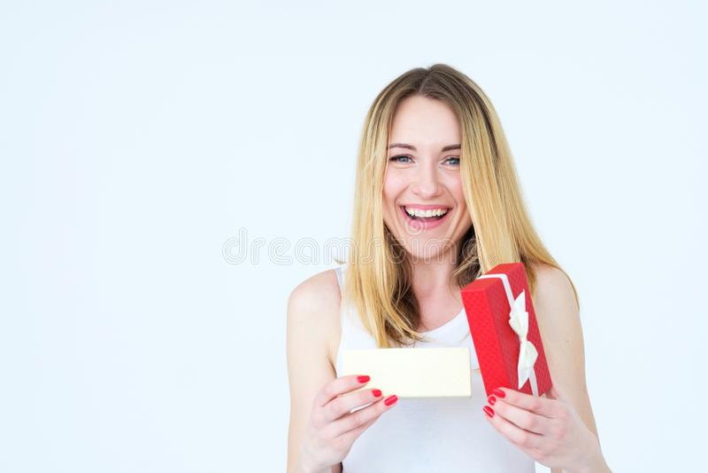 Приветствие праздника подарочной коробки настоящего момента женщины улыбки утехи стоковое изображение