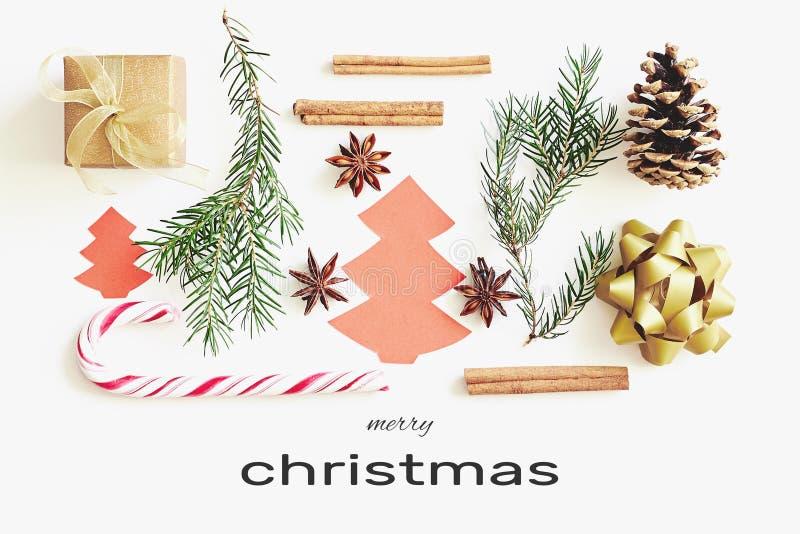 приветствие рождества карточки веселое Подарочная коробка, лента, ветви ели, конусы, анисовка звезды, циннамон, тросточка конфеты стоковое фото rf