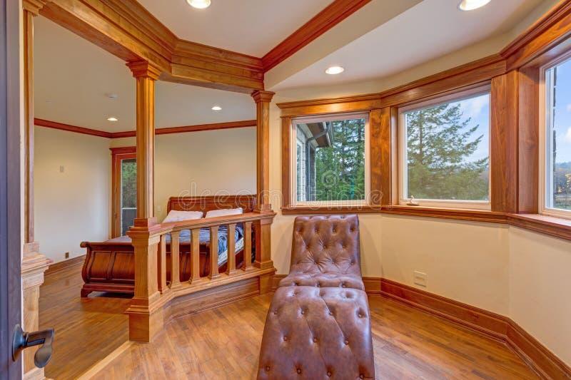 Приветствующая спальня особняка с уютным nook чтения стоковое изображение