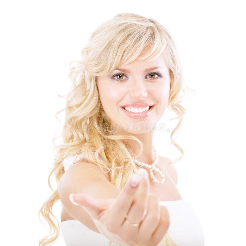 привлекает руку невесты пышную стоковые фото