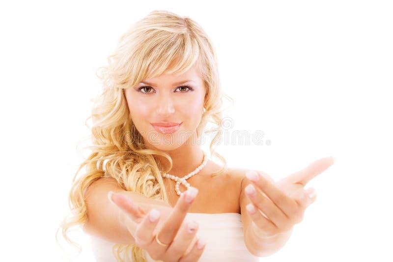привлекает руку невесты пышную стоковая фотография rf