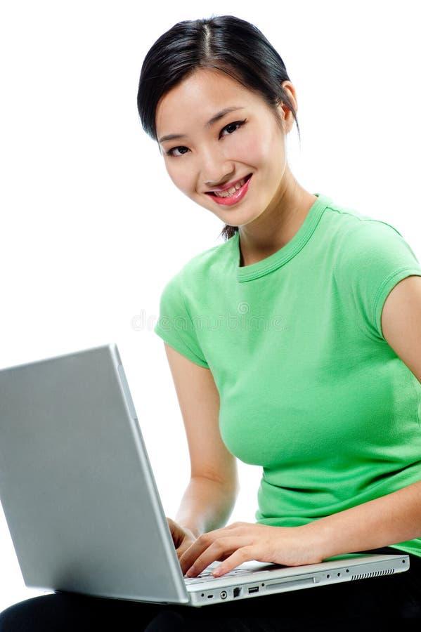 Привлекательная азиатская женщина с компьтер-книжкой стоковое фото rf