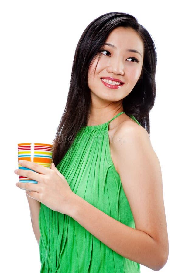 Привлекательная азиатская женщина с чашкой стоковые изображения