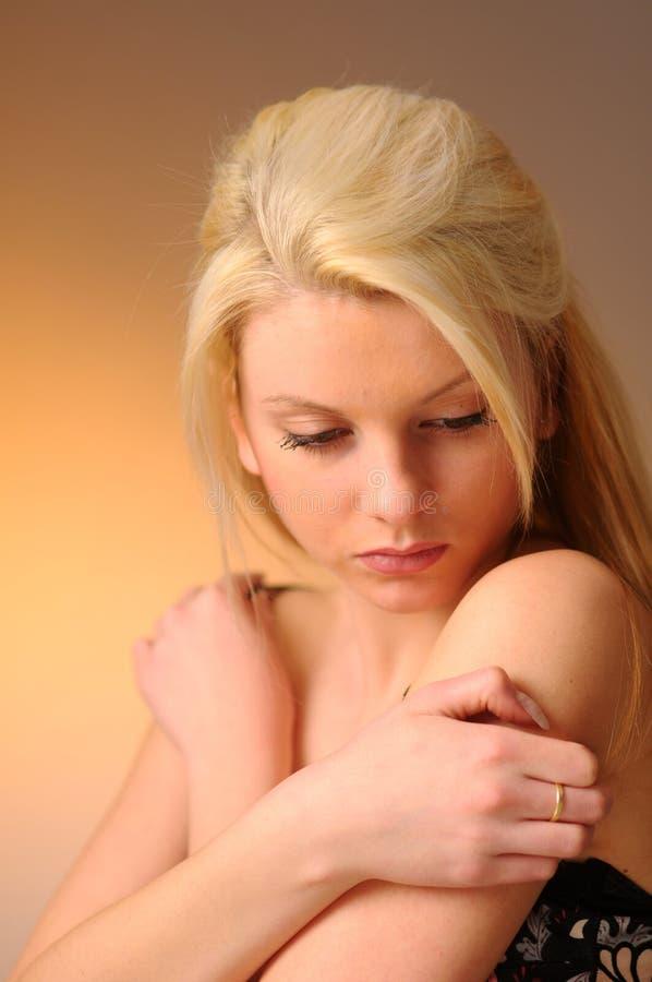 привлекательная белокурая девушка потревожилась стоковые фото