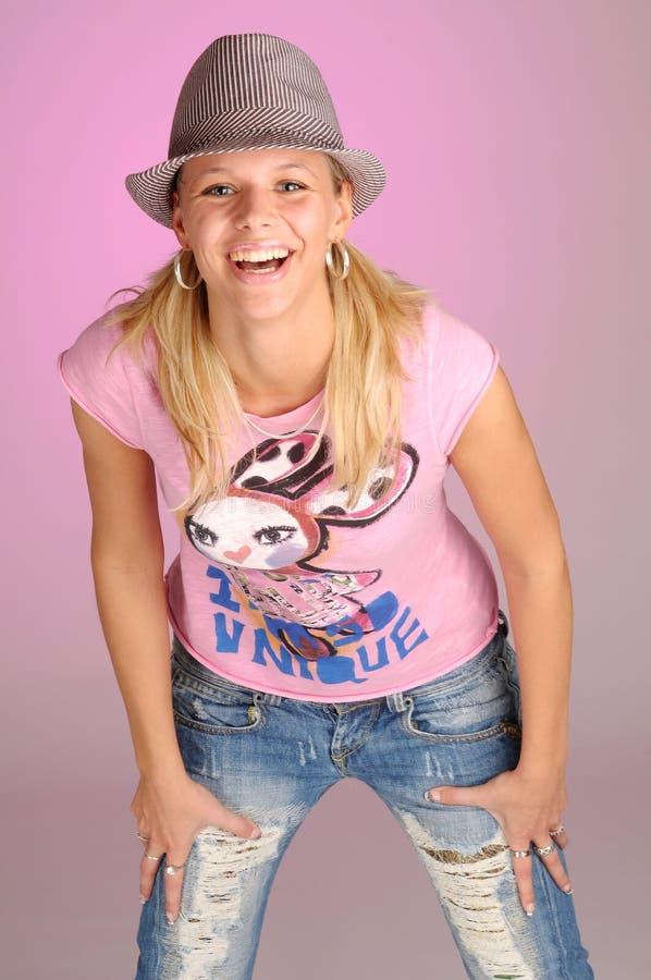 привлекательная белокурая женщина рубашки t пинка шлема стоковая фотография rf