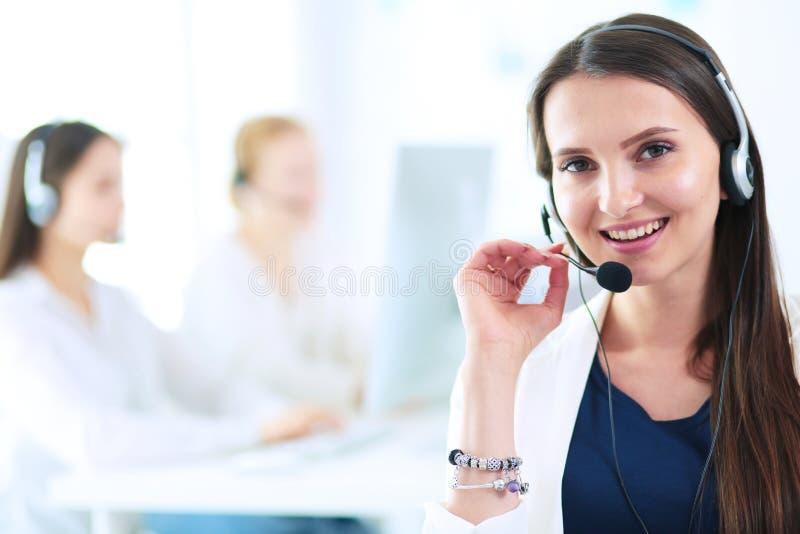 Привлекательная бизнес-леди работая на компьтер-книжке на офисе вектор людей jpg иллюстрации дела стоковая фотография rf