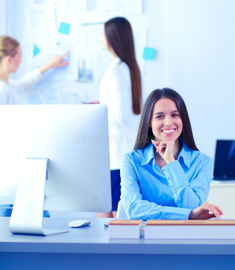 Привлекательная бизнес-леди работая на ноутбуке на офисе Бизнесмены стоковые фотографии rf