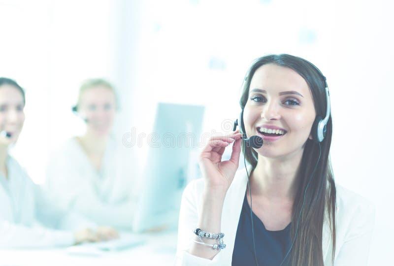 Привлекательная бизнес-леди работая на ноутбуке на офисе Бизнесмены стоковое изображение rf