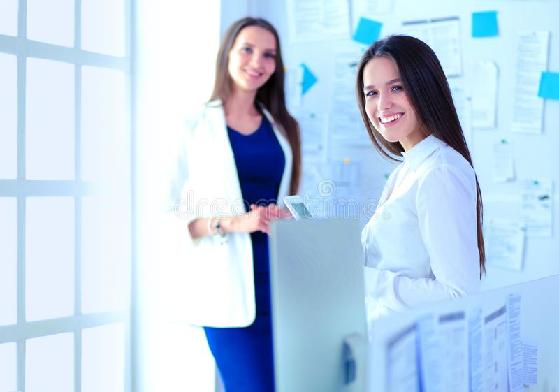 Привлекательная бизнес-леди работая на ноутбуке на офисе Бизнесмены стоковые фото