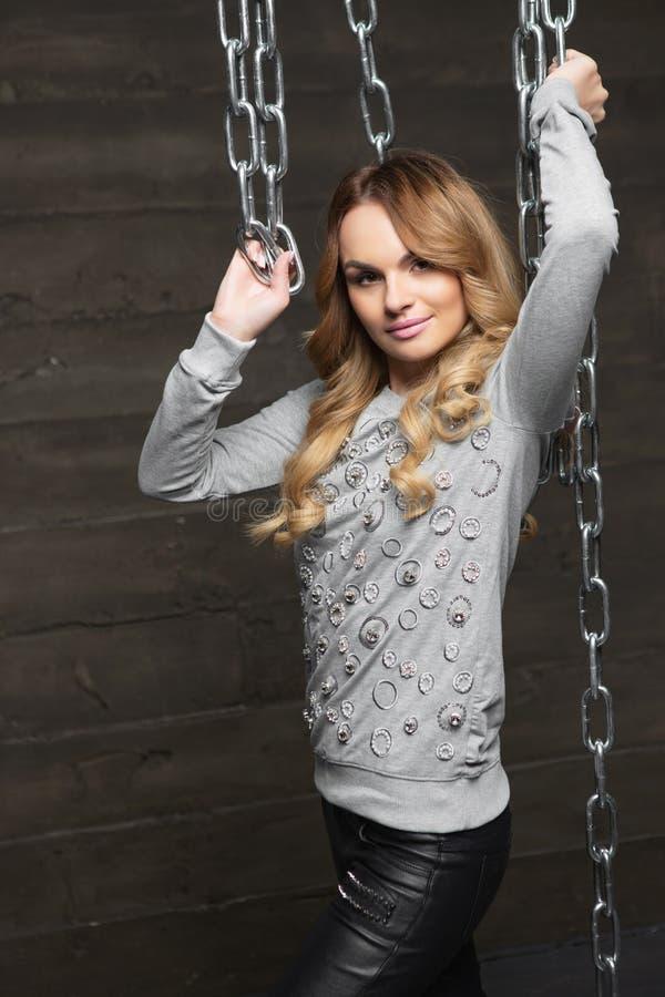 Привлекательная блондинка, позирующая стоя стоковое фото