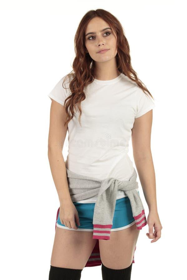 Привлекательная винтажная девушка моды спорт стиля с белой пустой футболкой стоковые изображения rf
