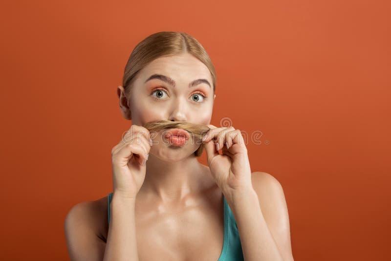 Привлекательная дама развлекая с аккуратными волосами стоковые фото