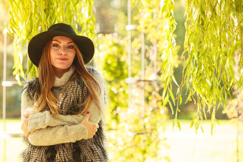 Привлекательная девушка греть стоковое фото