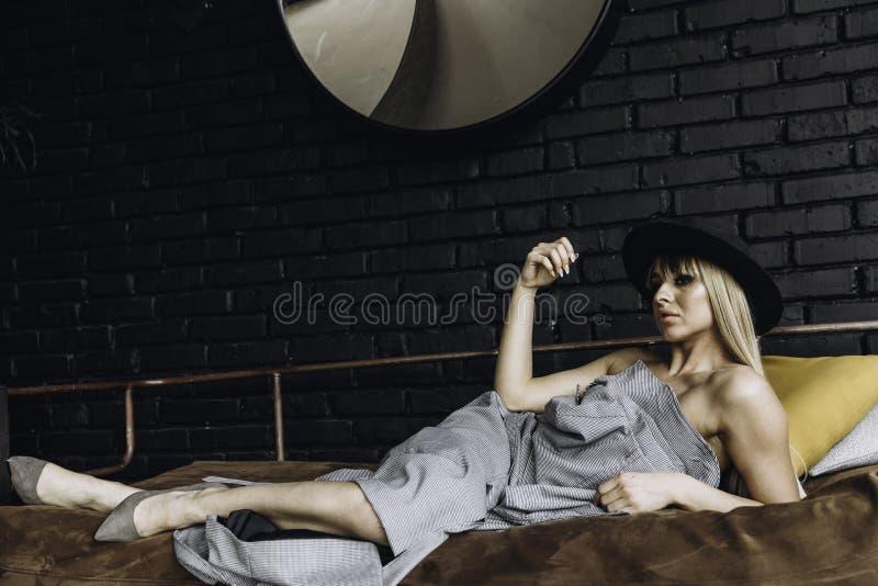 Привлекательная девушка моды в уютном пальто стоковое изображение