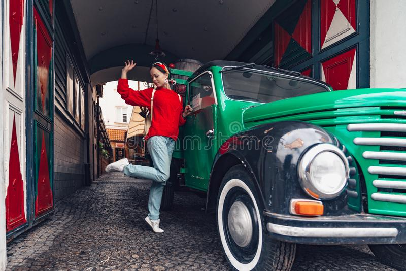 Привлекательная девушка на ретро автомобиле стоковые изображения