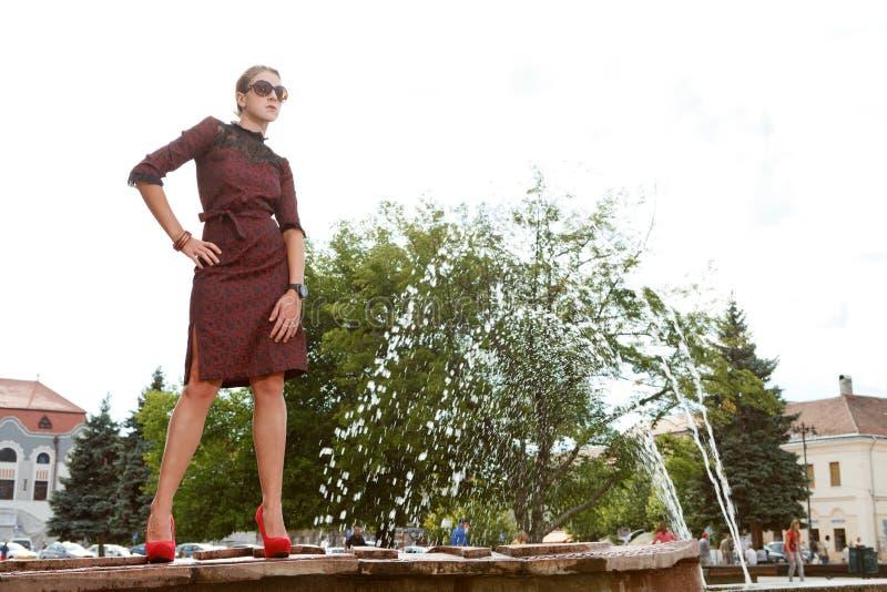 Привлекательная девушка способа в городке стоковая фотография