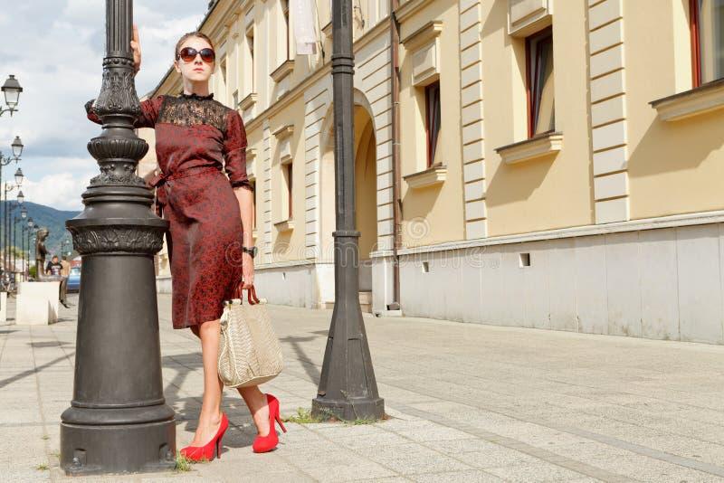 Привлекательная девушка способа в городке стоковое изображение