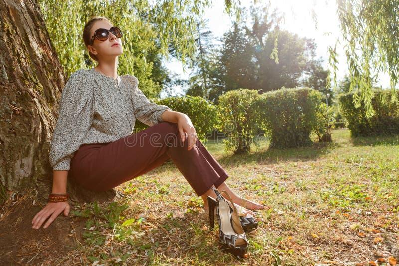 Привлекательная девушка способа в парке стоковые изображения rf