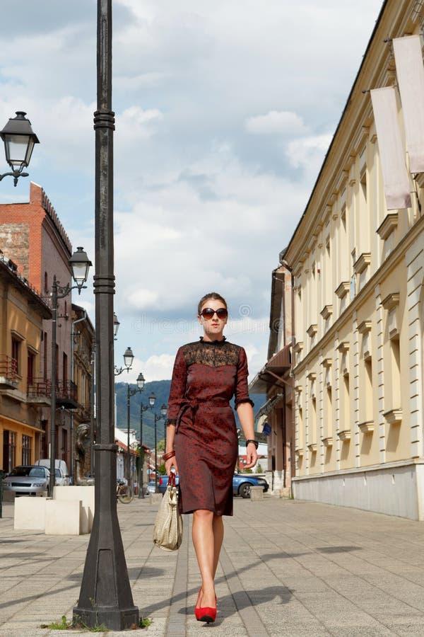Привлекательная девушка способа гуляя в городок стоковое изображение