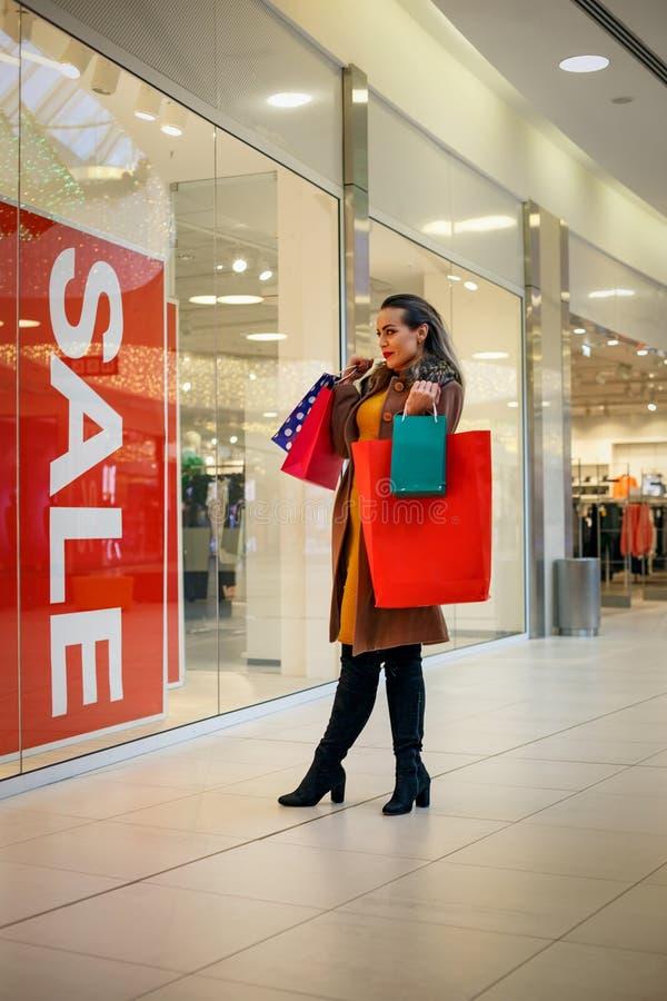 Привлекательная девушка с хозяйственной сумкой Концепция образа жизни стоковые изображения rf