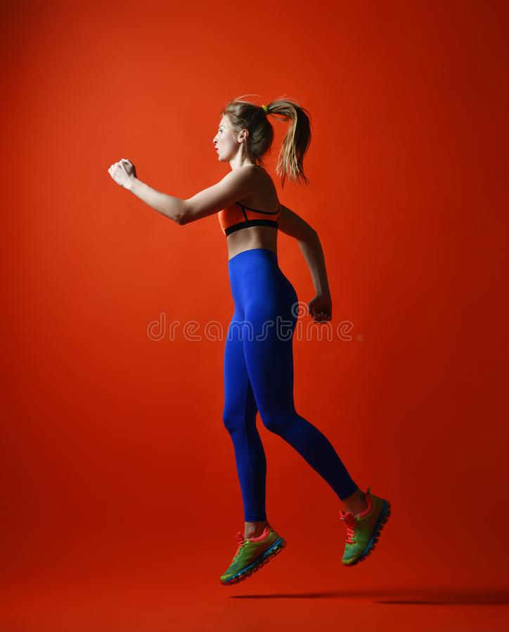 Привлекательная девушка фитнеса в скакать sportwear стоковое изображение