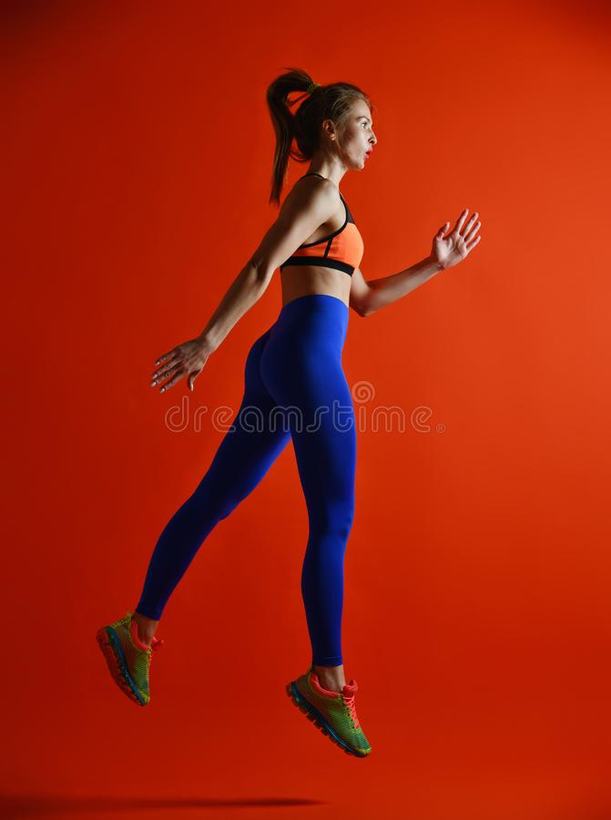 Привлекательная девушка фитнеса в скакать sportwear стоковая фотография