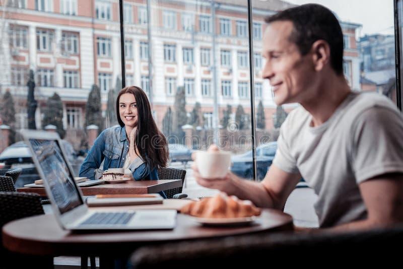 Привлекательная девушка flirting к посетителю кафа стоковые изображения rf